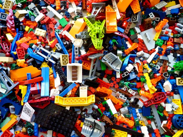 Pile of assorted LEGO pieces